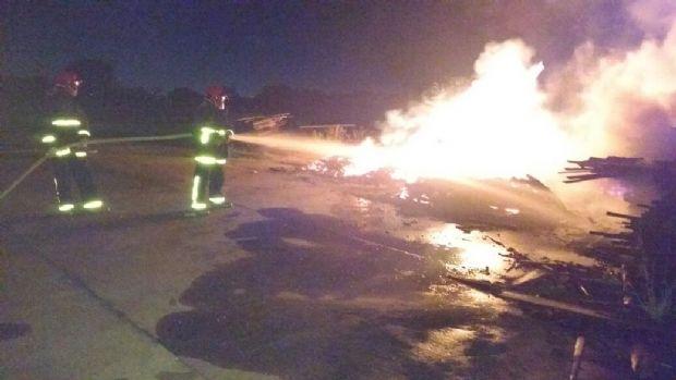 Fogos de artifício caem em madeireira desativada e causam incêndio em Várzea Grande