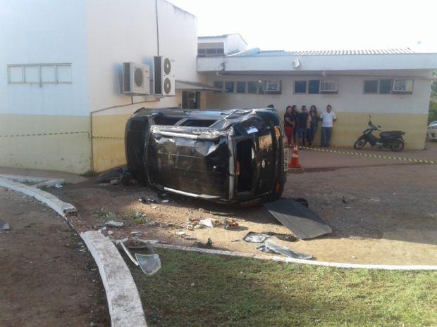 Carro mata paciente atropelado na porta de policlínica e suspeitos fogem a pé após capotamento;  fotos