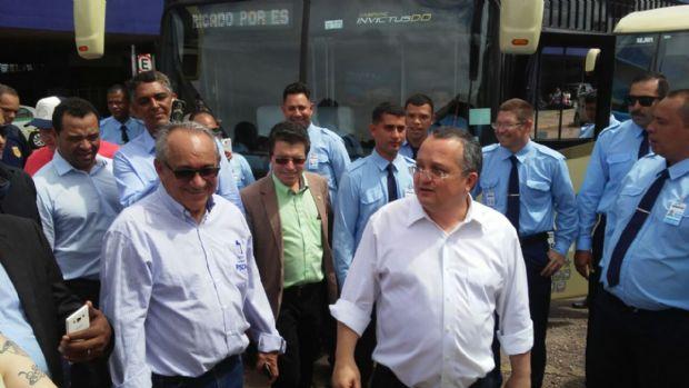 """Taques assina contratos do transporte e alfineta antecessores: """"ninguém queria colocar colher de pau neste angu"""""""