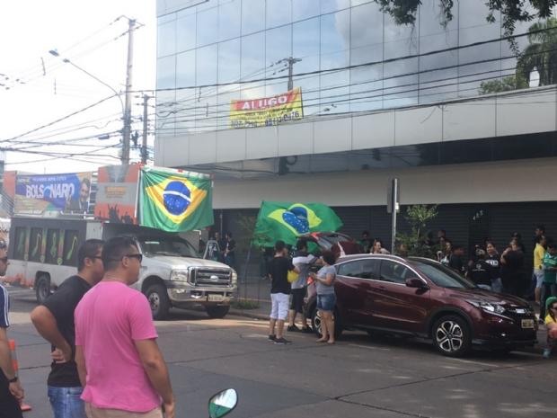 Apoiadores de Bolsonaro param Centro de Cuiabá com carreata; Fotos