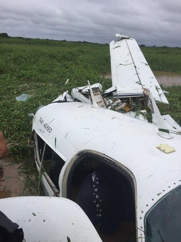 Avião não consegue fazer decolagem e bate em área alagada do Pantanal; veja vídeo