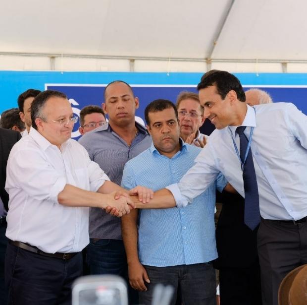 À direita, de gravata, Fábio Calmon aperta a mão do governador Pedro Taques