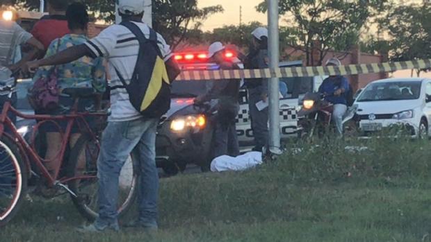 Motociclista morre ao bater em poste próximo de condomínio em Cuiabá