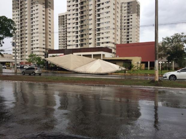 Chuva e ventania derrubam estrutura de conveniência e árvore em cima de carro;  fotos e vídeo