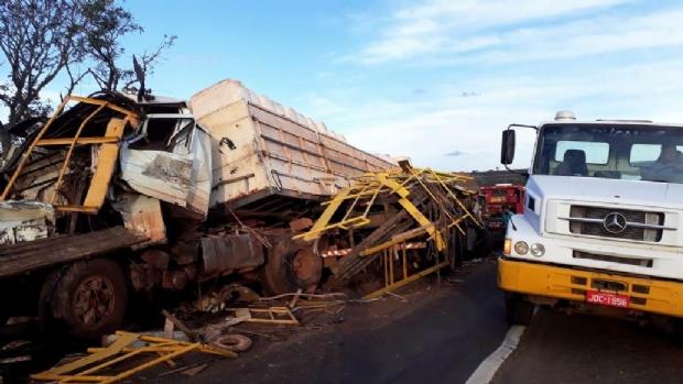 Acidente entre caminhões carregados deixa motoristas feridos
