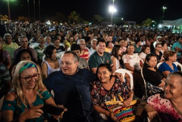 Pedro Taques foi assediado e várias vezes posou para selfie com contemplados do Programa Endereço Certo