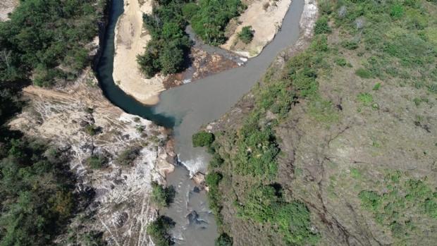 Dejetos de usina deixam rio em Jaciara com água escura e mau-cheiro;  veja fotos e vídeos