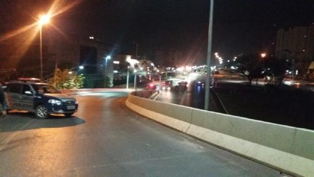 PM e Corpo de Bombeiros impedem homem de se jogar de viaduto na Av. do CPA