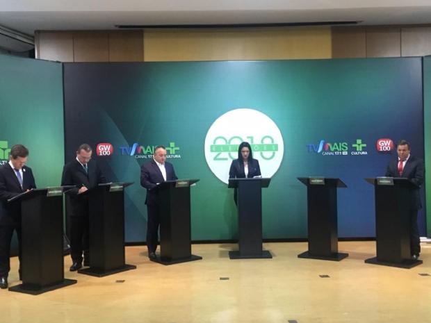 Ausente, Mauro Mendes é alvo de candidatos em debate;  veja principais pontos