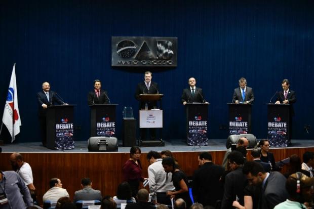 Candidatos ao Governo de MT se enfrentam em debate na Ordem dos Advogados;  veja como foi