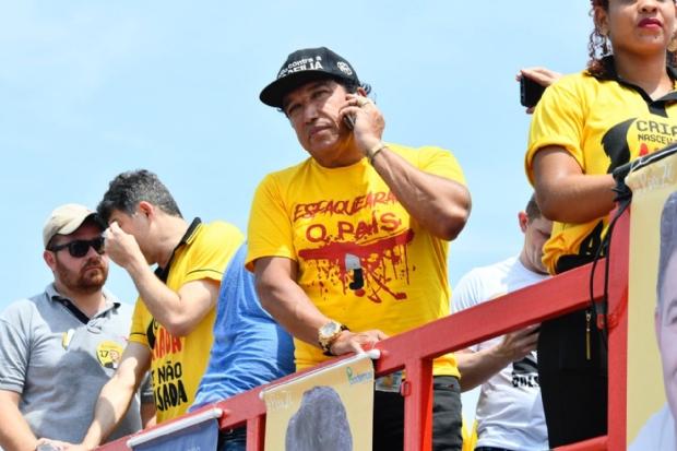 Líder de carreata pró-Bolsonaro em Cuiabá, Magno Malta garante vitória em 1º turno