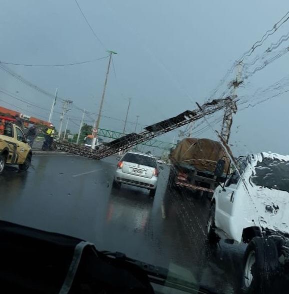 Chuva derruba placa na Fernando Corrêa e árvores em sete bairros de Cuiabá