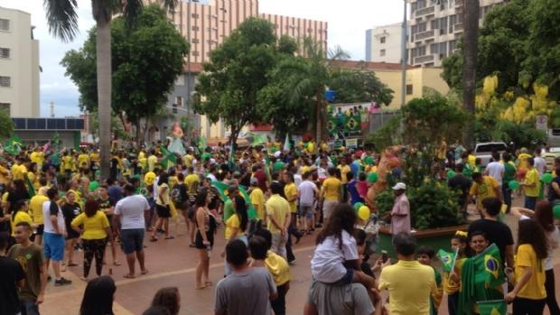 Apoiadores de Bolsonaro fazem passeata em avenida de Cuiabá; PM estima dez mil;  fotos e vídeos