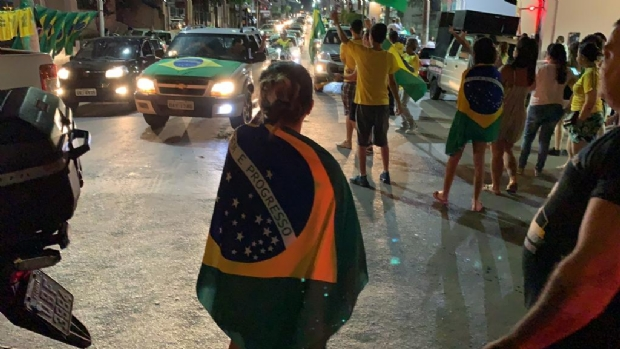 Eleitores de Bolsonaro invadem 'Praça do Choppão' e fecham avenida em comemoração;  fotos e vídeos