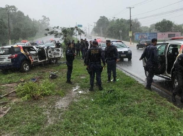 Viatura capota e PM fica preso às ferragens na avenida do CPA