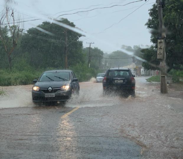 Chuva forte causa transtornos a motoristas e alaga bairro da capital;  veja vídeo
