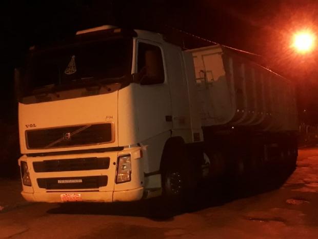 Motorista de caminhão e passageiros são rendidos e roubados por criminosos
