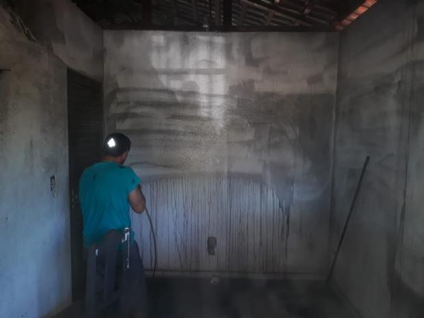 Grupo de voluntários ajuda a restaurar casa incendiada após discussão;  veja vídeo