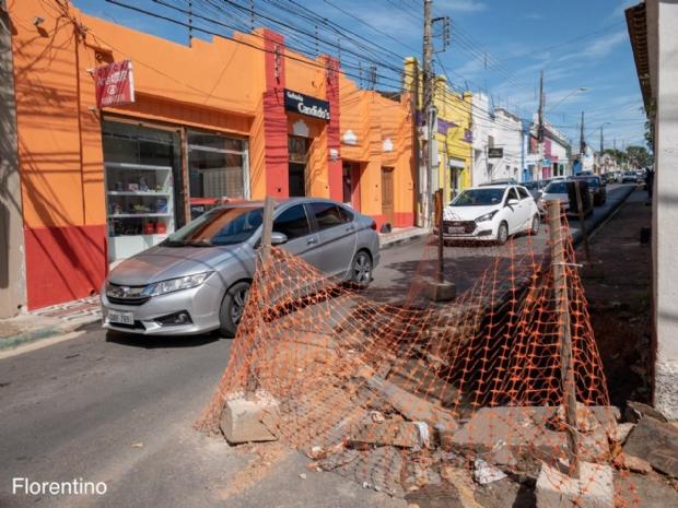 Cratera no centro de Cuiabá causa transtorno a motoristas e pedestres há 15 dias;   fotos e vídeos