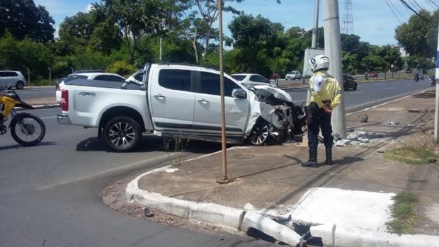 Picape S10 invade canteiro e bate em poste após colidir com Ford Ka na avenida do CPA;   veja fotos e vídeo