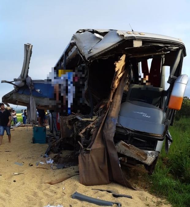 Acidente entre ônibus e bitrem deixa três mortos na BR-364