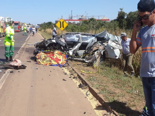 Motorista de Corolla morre após bater de frente com carreta em ponte;  fotos