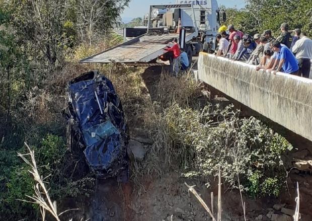 Ex-vereador e outras duas pessoas morrem após Duster bater em barranco e cair em rio;  fotos