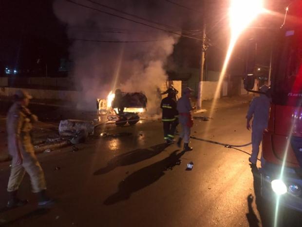 Civic pega fogo após capotamento em Cuiabá e vítimas são resgatadas das chamas