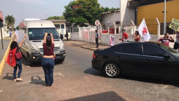 Após cortes na Educação, ministro é recebido em Cuiabá com protesto no aeroporto;   veja fotos e vídeos