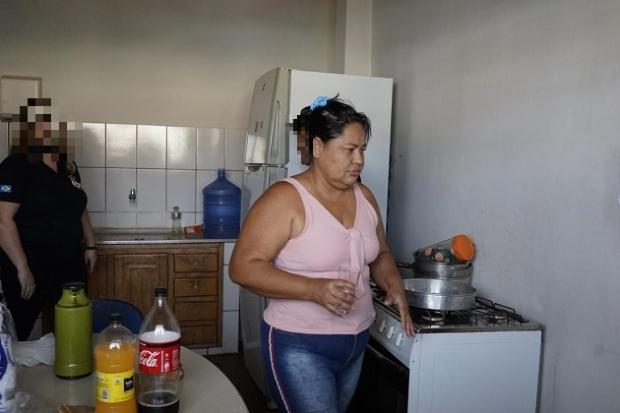 Presa por matar enteada envenenada nega crime e diz se considerar mãe da vítima