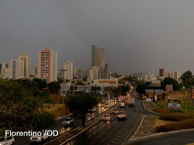 Primeira grande chuva após estiagem tem ventos fortes, trovoada e granizo em Cuiabá; veja vídeos