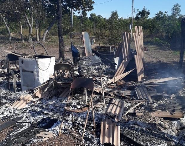 Caseiro morre e corpo é achado carbonizado dentro de casa