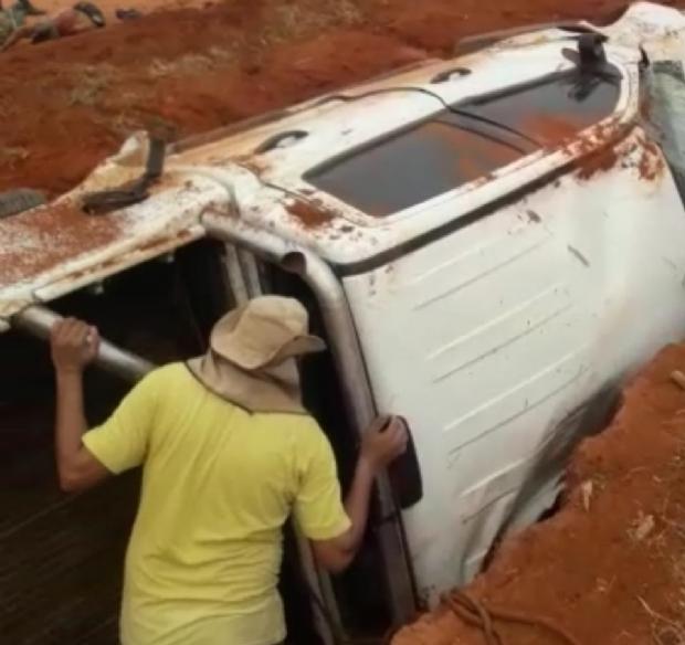 Jovem morre e nove pessoas ficam feridas após caminhonete com superlotação capotar