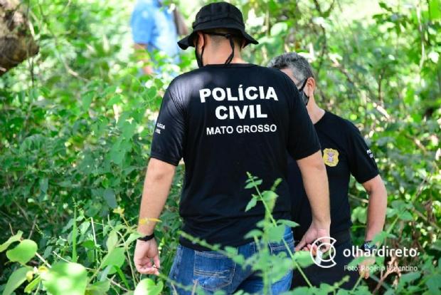 Bombeiros e polícia procuram vítimas de 'salve' que teriam sido enterradas em campo de futebol; veja fotos e vídeos