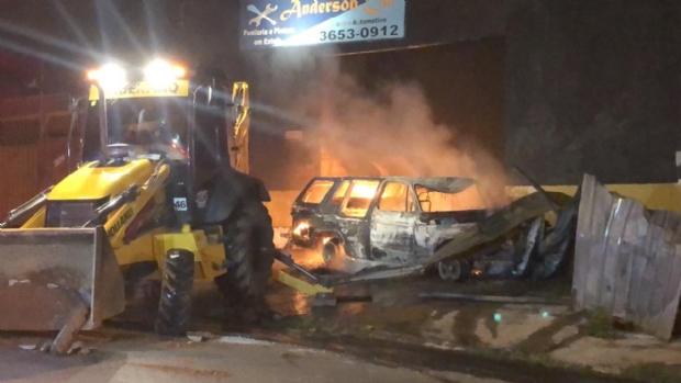Bombeiros combatem incêndio de grandes proporções em centro automotivo;  vídeo