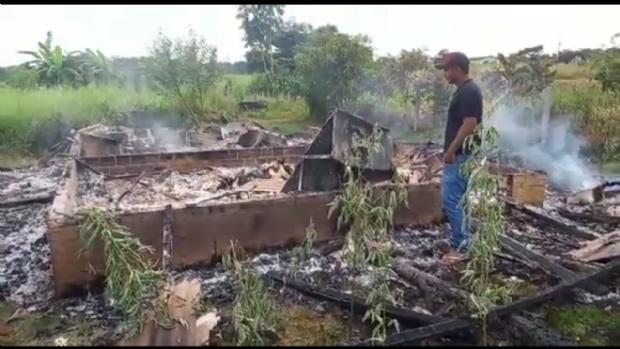 Irmãos morrem carbonizados durante incêndio após supostamente dormirem com velas acesas