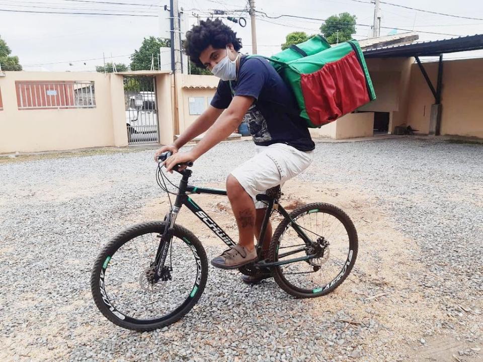 Jovem que vive fazendo entregas de bicicleta busca emprego formal para ser reinserido no mercado de trabalho