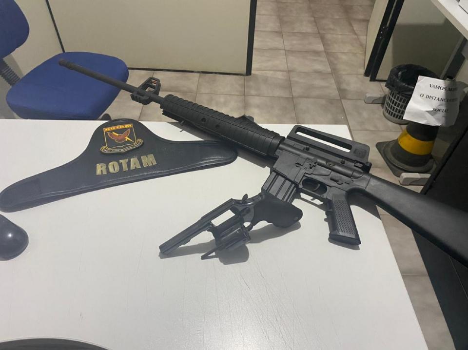 Rotam apreende réplica de fuzil com dupla que iria furtar Correios e Lotérica