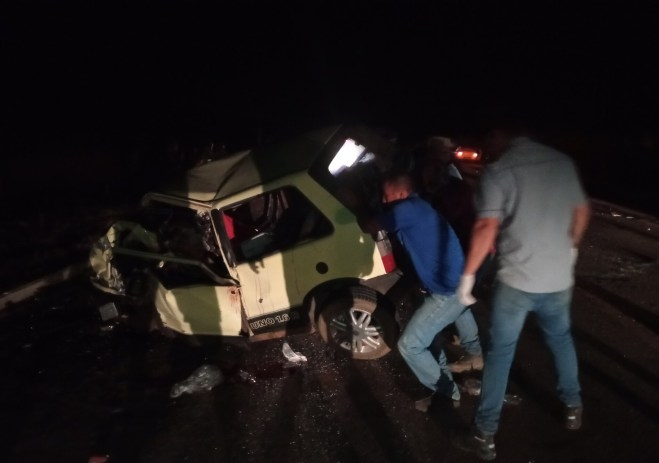 Motorista morre após tentar ultrapassar ônibus e bater de frente com picape