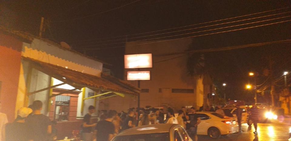 Vermelinho Bar é interditado e multado em R$ 3 mil por aglomeração e descumprimento de decreto;  fotos