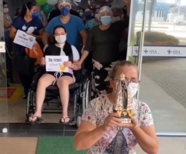 Com 5% de chances de sobrevivência, gestante se cura da Covid-19 e mãe deixa hospital de joelhos pagando promessa;  vídeo