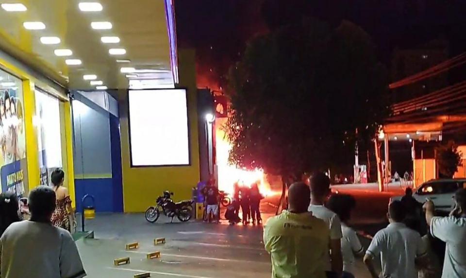 Incêndio destrói trailer de lanches e assusta moradores;  veja vídeo