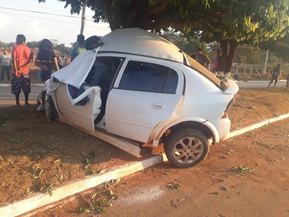 Dois morrem em acidente após Astra bater em poste e em árvore na tarde de sábado;  fotos