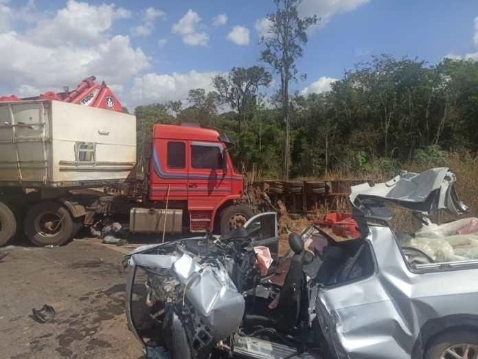 Morre em hospital motorista de acidente entre picape e carretas; menina de 12 anos ficou ferida