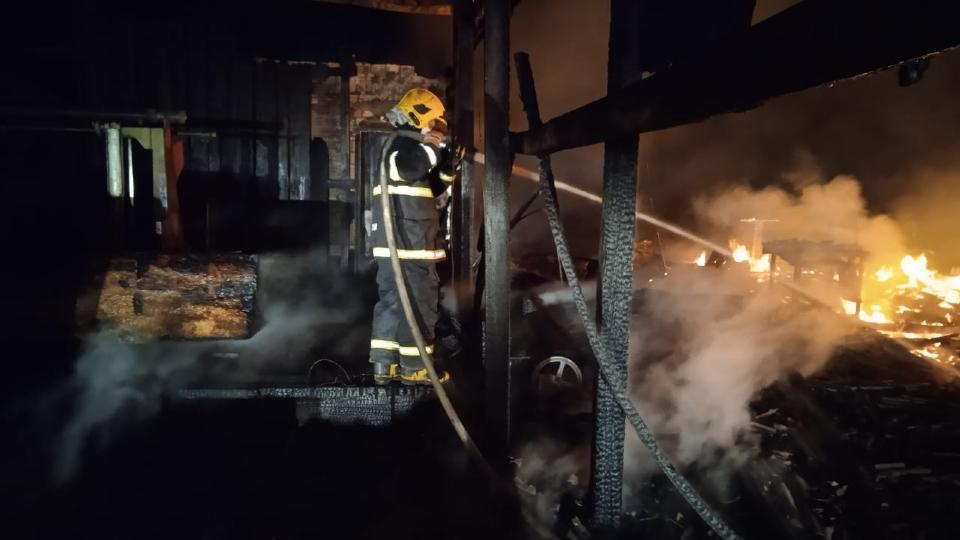 Incêndio destrói madeireira e bombeiros utilizam 10 mil litros de água para controlar fogo
