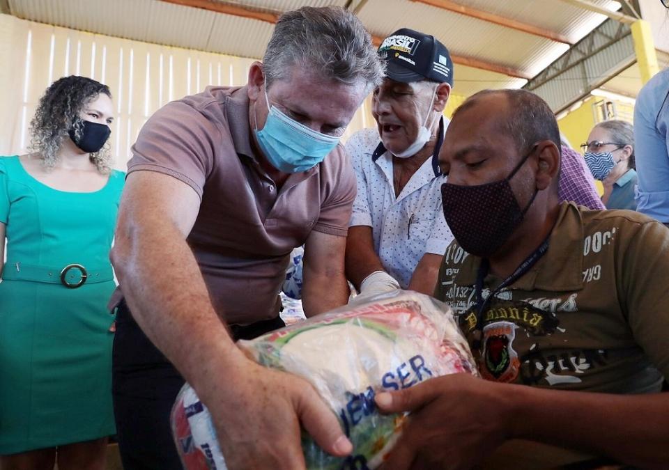 Governador Mauro Mendes entrega cestas básicas em Porto dos Gauchos