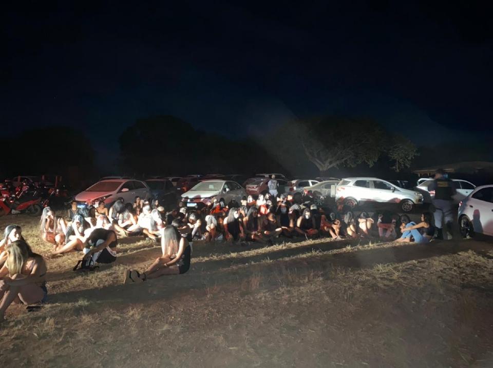 PM fecha festa regada a álcool, drogas e presença de adolescentes em Várzea Grande