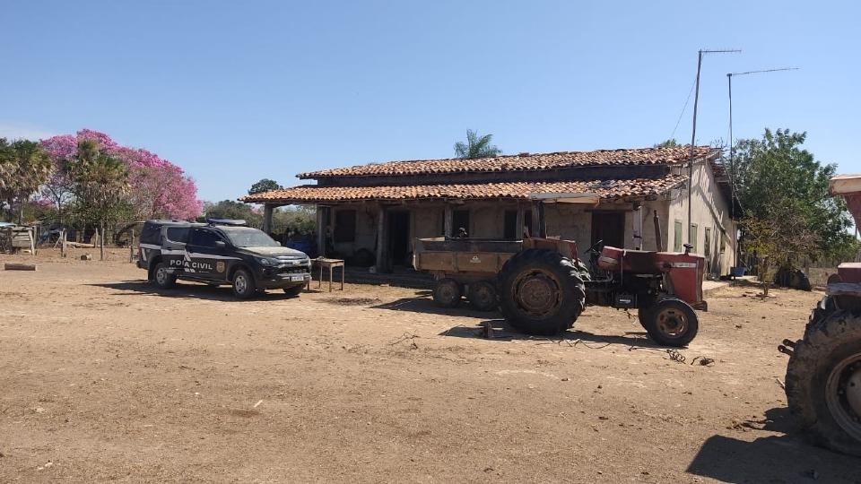 Suspeito é preso durante apuração de assassinato de homem encontrado em fazenda