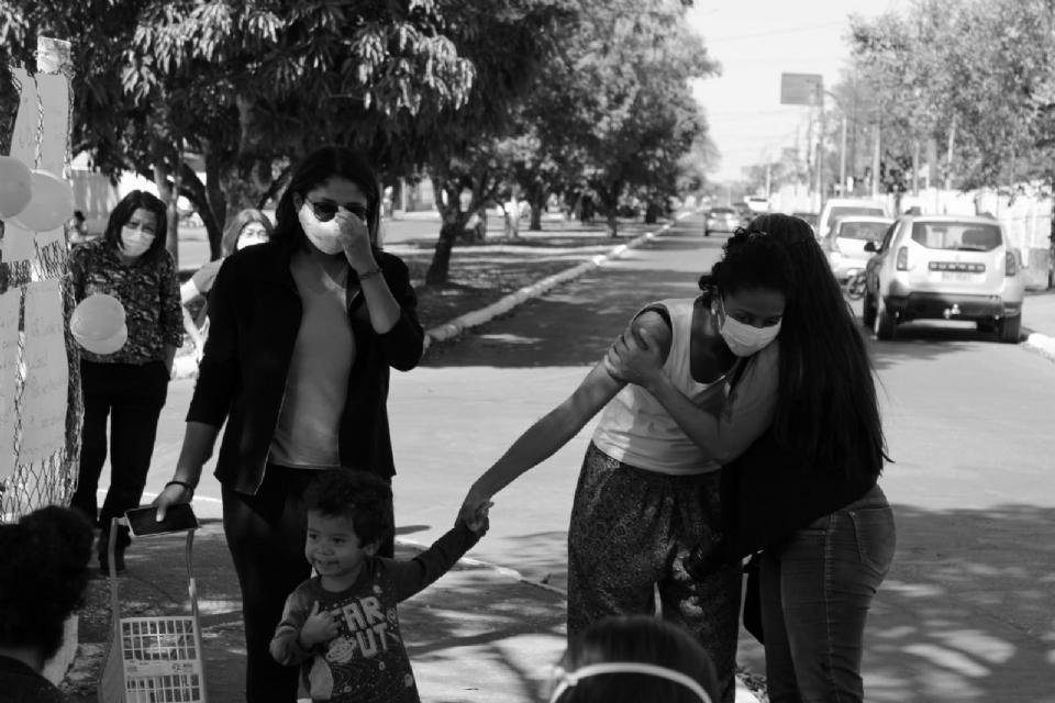 Esposa e filho de guia morto atropelado participam de manifestação pedindo justiça