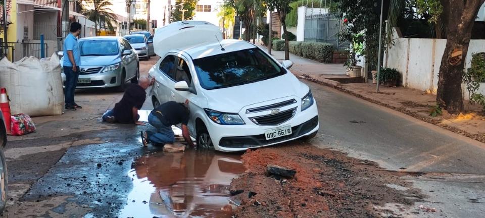 Aposentado cai com carro em buraco de obra sem sinalização na Estevão de Mendonça: